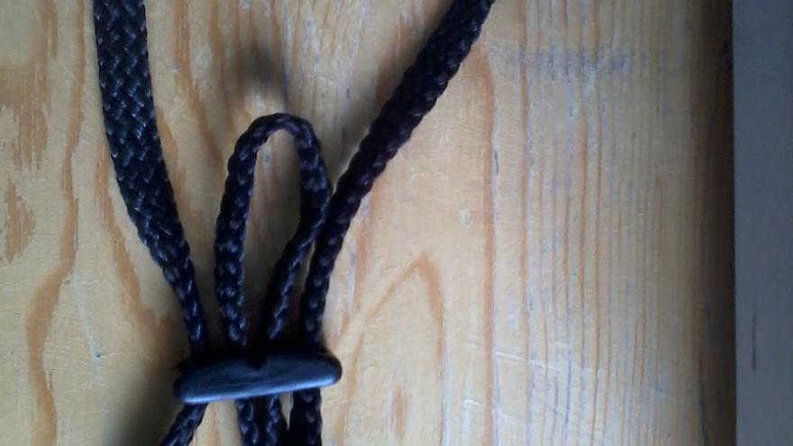 Una de las cuerdas que supuestamente la policía marroquí utiliza para atar las manos de los inmigrantes. | Esteban Velázquez.