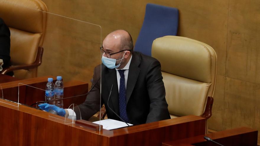 El presidente de la Cámara Regional, Juan Trinidad, durante el pleno celebrado este jueves en la Asamblea de Madrid, en una sesión marcada por la petición de la Comunidad de Madrid de avanzar a la fase 1 de la desescalada, en Madrid (España), a 21 de mayo