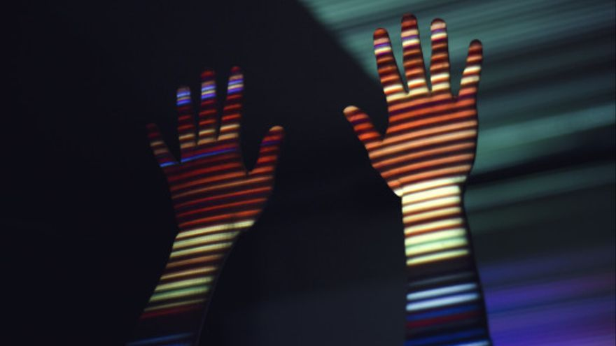 El arcoíris reflejado en unas manos
