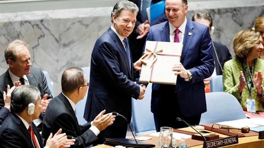 Colombia entrega un ejemplar del acuerdo de paz a Suiza, depositario de Convenios de Ginebra