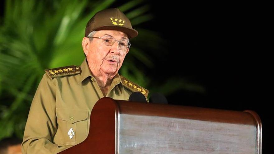 Raúl Castro asiste a la inhumación de sus hermanos Ángela y Ramón en Birán