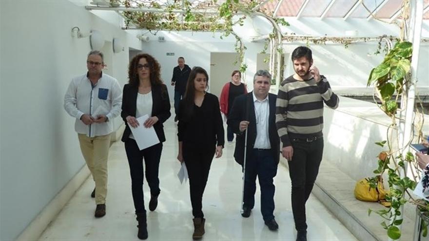 Sara García, en el centro de la imagen, junto a miembros de Podemos.