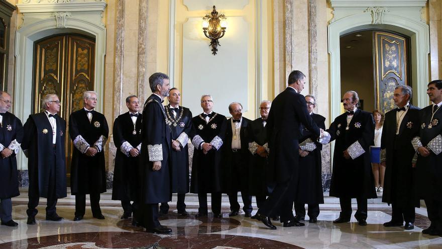 El rey Felipe VI, saludando en la apertura del Año Judicial de 2015 / EFE