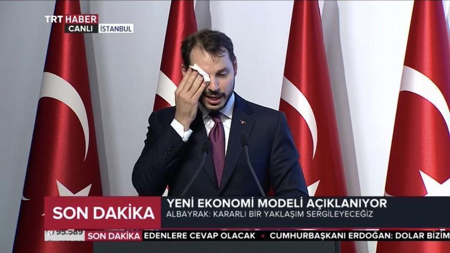 El ministro Albayrak en pleno ataque de sudor en su discurso.
