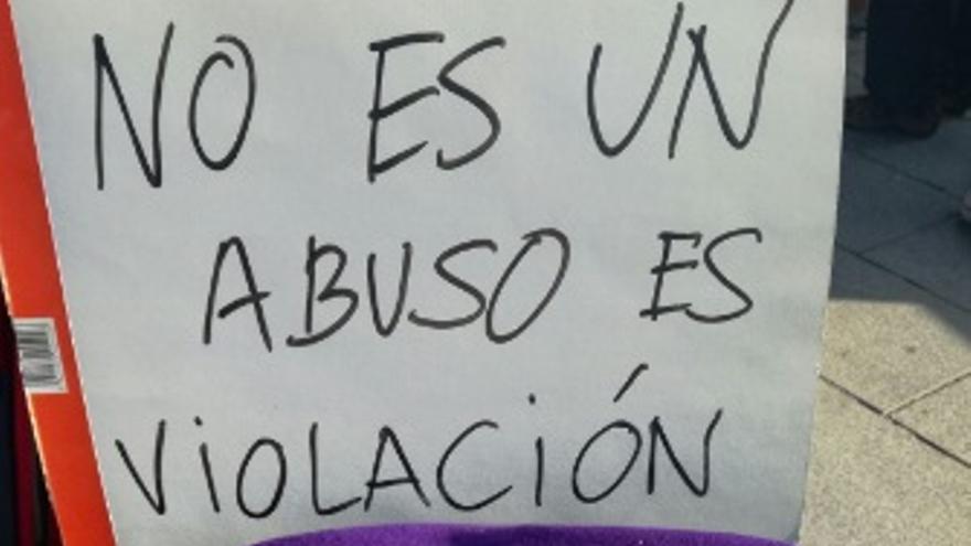 """""""No es abuso, es violación"""", uno de los mensajes presentes en las protestas."""