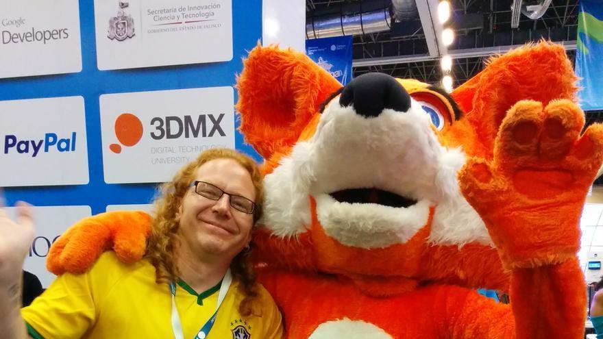 Christian Heilmann con la mascota de Mozilla en la Campus Party de México