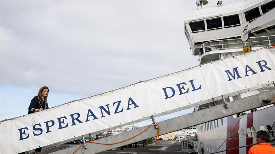 """La ministra de Empleo, Fátima Báñez, sube al buque hospital del Instituto Social de la Marina """"Esperanza del Mar"""""""
