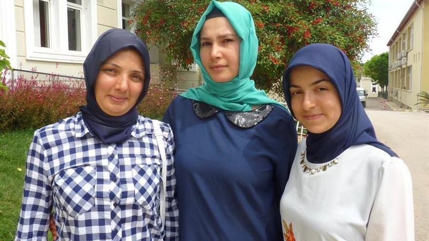 Jóvenes turcas contra las ataduras en el campo