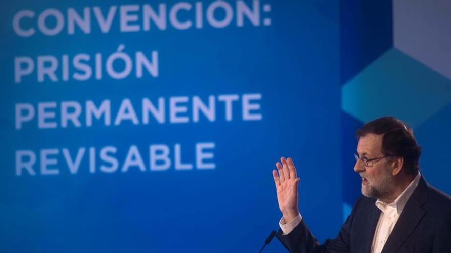 Rajoy insta a los independentistas a proponer un candidato que cumpla la ley