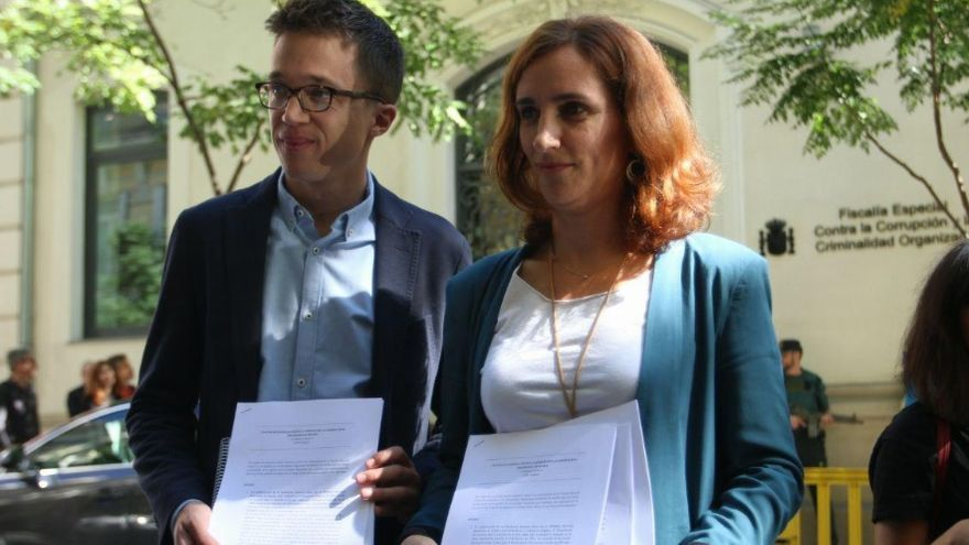 Mónica García e Iñigo Errejón, en la puerta de la Fiscalía Anticorrupción. / Podemos Comunidad de Madrid
