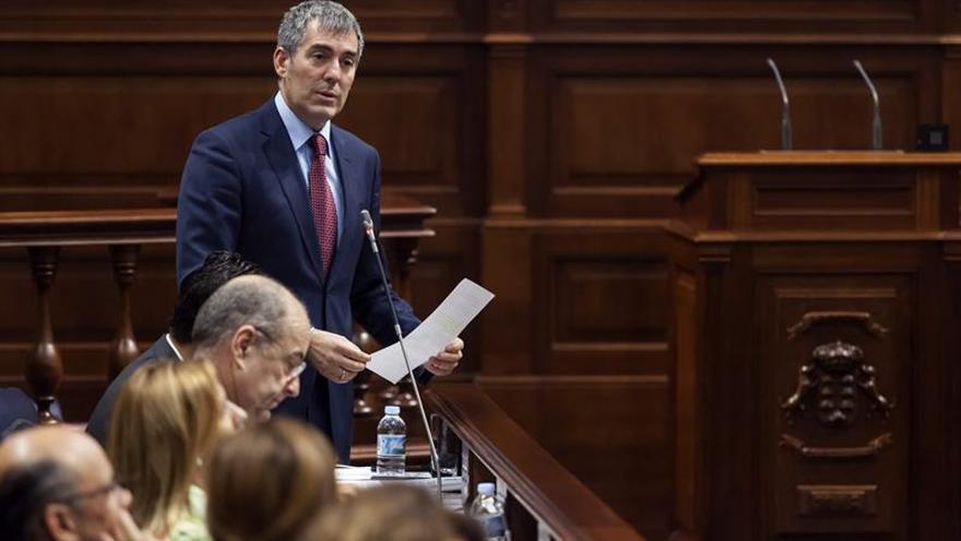 El presidente del Gobierno de Canarias, Fernando Clavijo, responde a una pregunta durante el pleno del Parlamento. EFE/Ramón de la Rocha