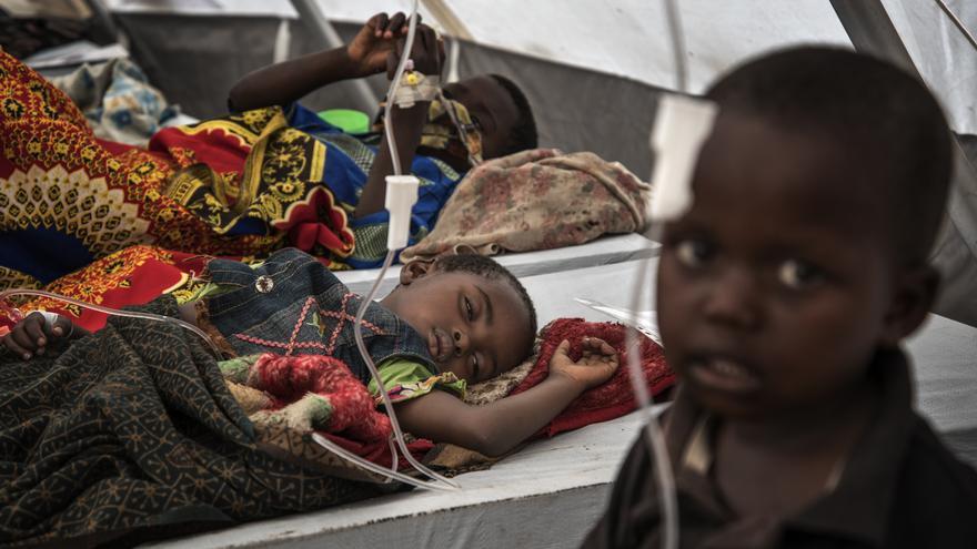 En el centro de tratamiento del cólera en Minova, las filas de camas están llenas de niños, acostados o sentados apiñados mientras sus madres entran y salen de la tienda.