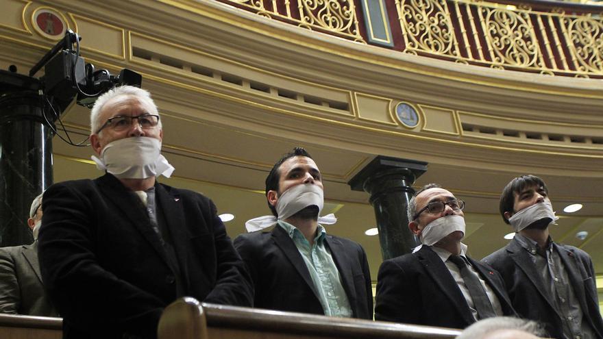 Los diputados de la Izquierda Plural se amordazan en el debate de la Ley de Seguridad Ciudadana. / Marta Jara