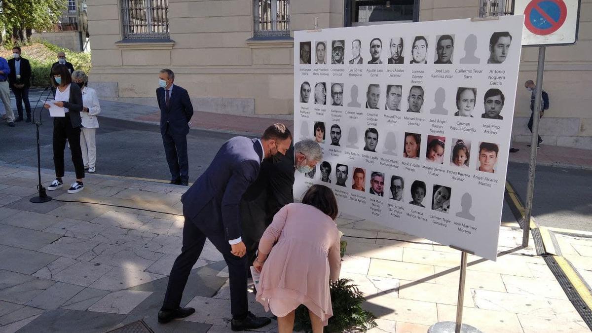 Florencio Domínguez, presidente del Memorial de Víctimas; Denis Itxaso, delegado del Gobierno en Euskadi, y Beatriz Artolazabal, consejera de Igualdad, Justicia y Políticas Sociales, rinden homenaje a los asesinados por Parot