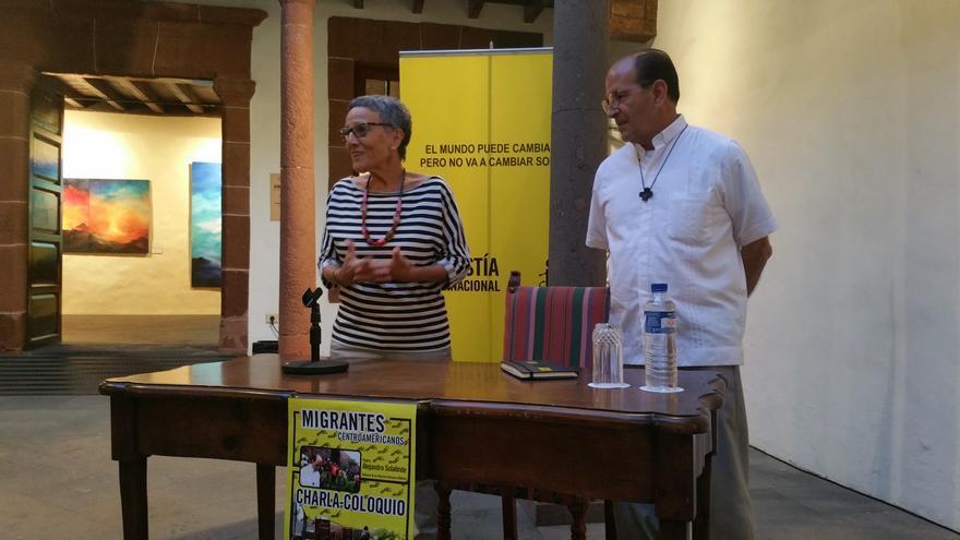 Montserrat Román y Alejandro Solalinde, en la conferencia. Foto: LUZ RODRÍGUEZ.