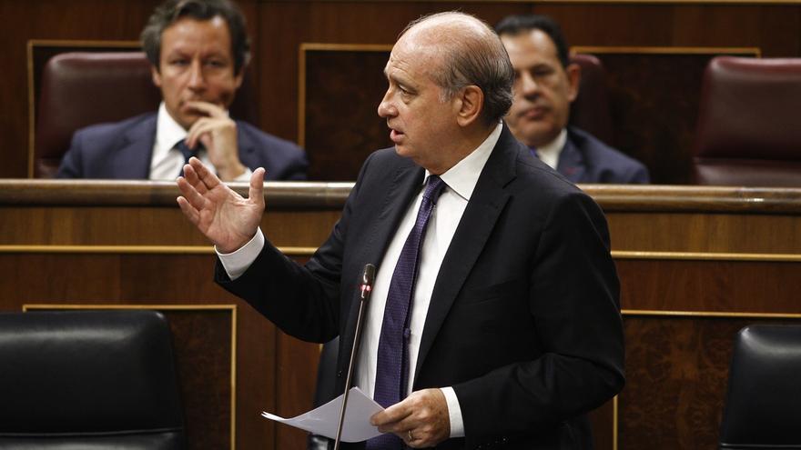 Aplausos burlescos a Fernández Díaz al llegar al Congreso acabado el debate sobre su comisión de investigación
