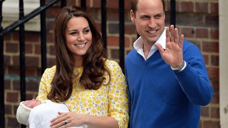 Los duques de Cambridge se retiran con la princesa Carlota al campo