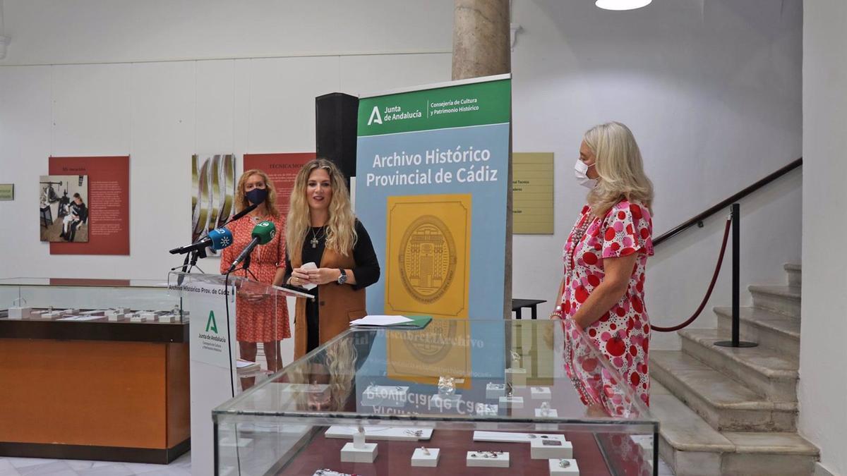 La delegada de la Junta en Cádiz, Ana Mestre, durante la presentación de la exposición de la joyera cordobesa Ángeles Morejón 'Legado'.
