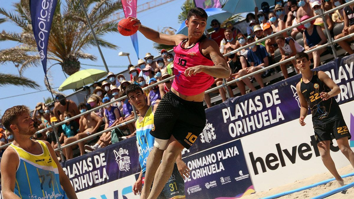 Adrián Torres durante un encuentro se balonmano playa.
