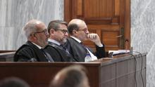 El juez Salvador Alba (centro), junto a sus abogado en la primera sesión del juicio en su contra