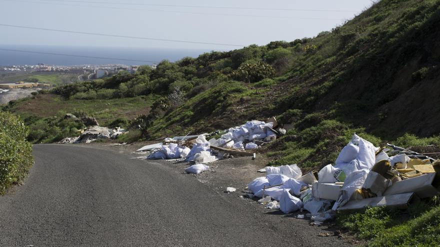 Basura en la carretera de acceso a la Sima de Jinámar (Canarias Ahora)