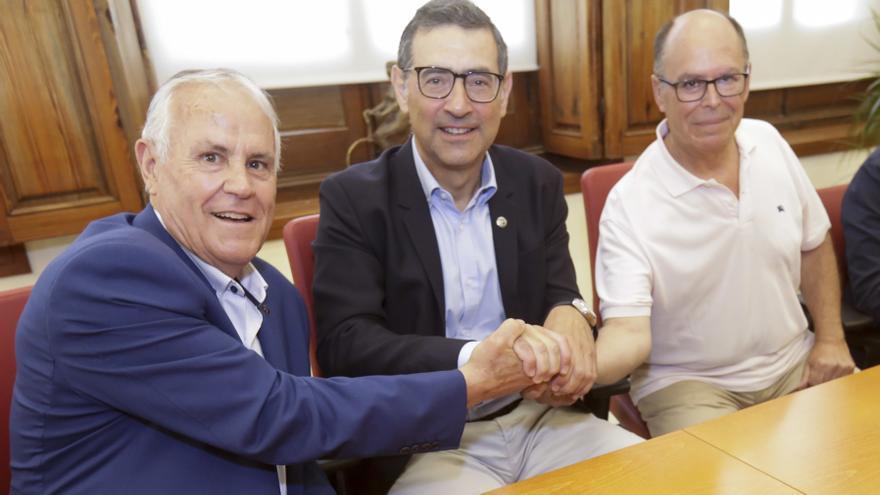Diego González Pallarés (izquierda) y Francisco Esparza Pozo (derecha), administradores de Fundown-plant, estrechan sus manos con el rector Luján tras la firma del contrato.