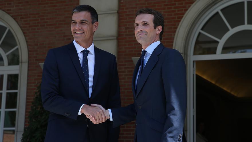 Pedro Sánchez y Pablo Casado en su encuentro en Moncloa.