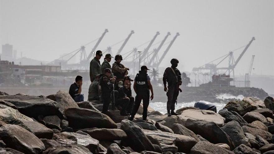Miembros de seguridad patrullando este lunes la costa donde se registró un enfrentamiento, en Macuto (La Guaira, Venezuela).