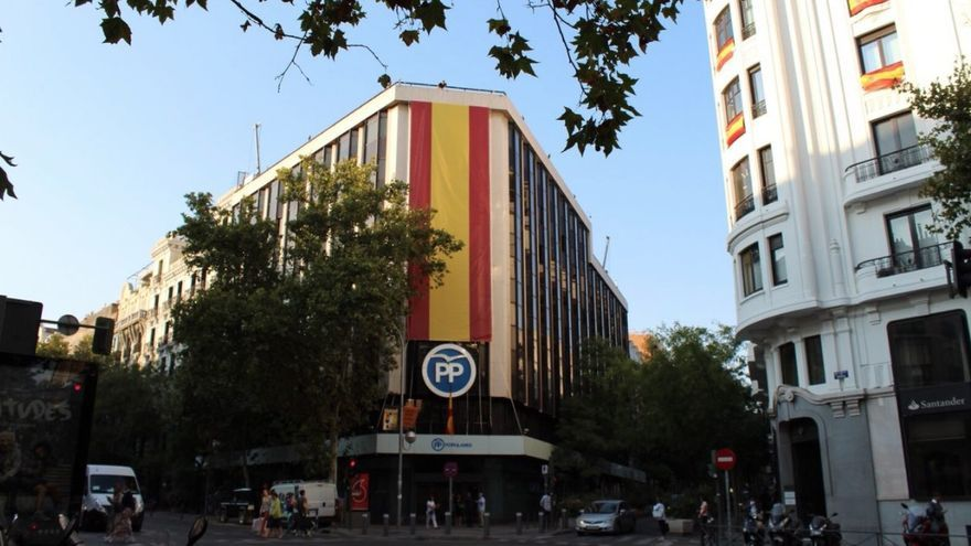 Bandera desplegada en la sede del PP.