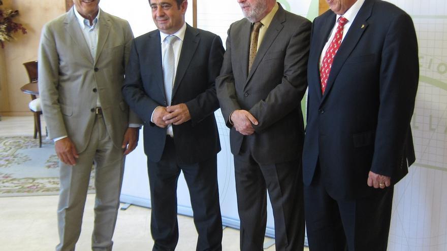 El vicepresidente de la Diputación de Badajoz, Ramón Ropero, primero por la derecha.