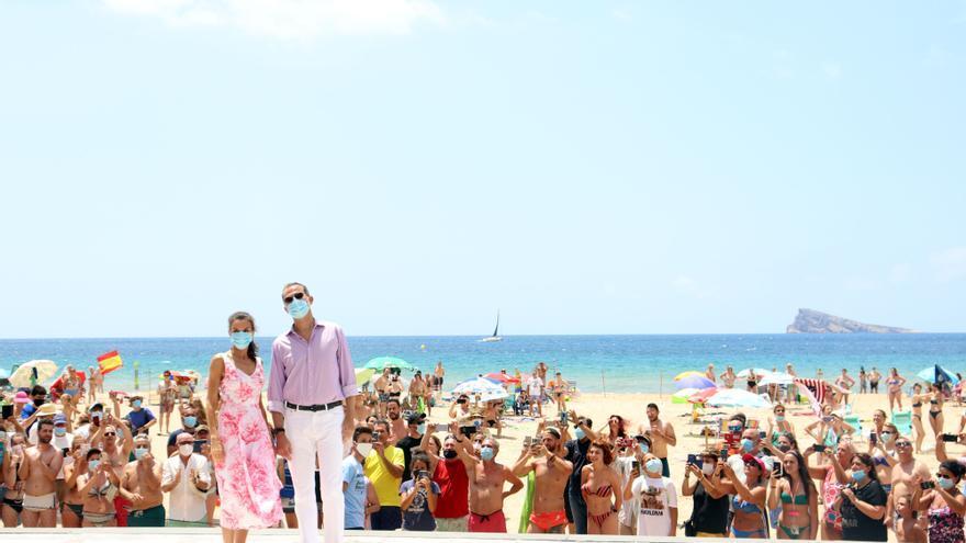 Los reyes de España en su visita a Benidorm para reunirse con representantes del sector turístico.