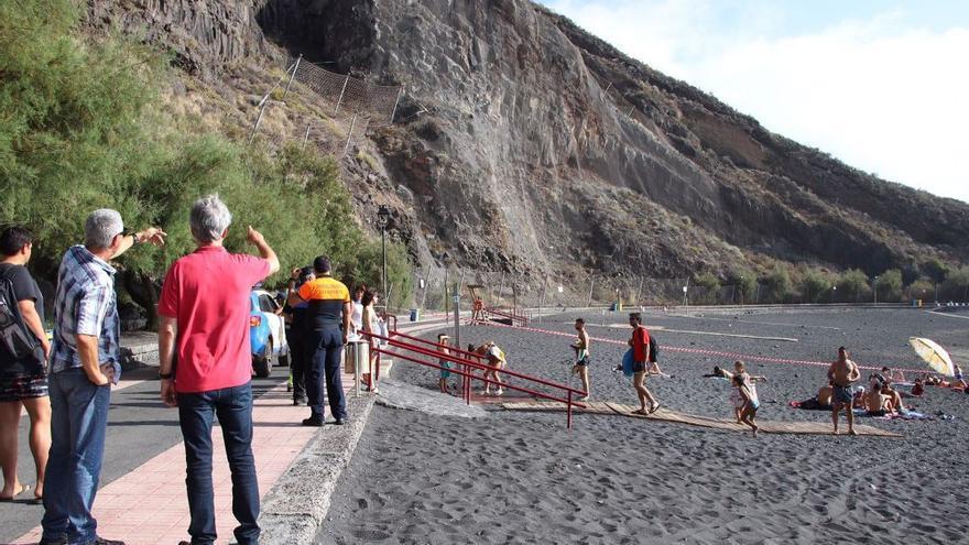 Caída de rocas y tierra en la ladera de la playa de La Arena, en Mesas del Mar