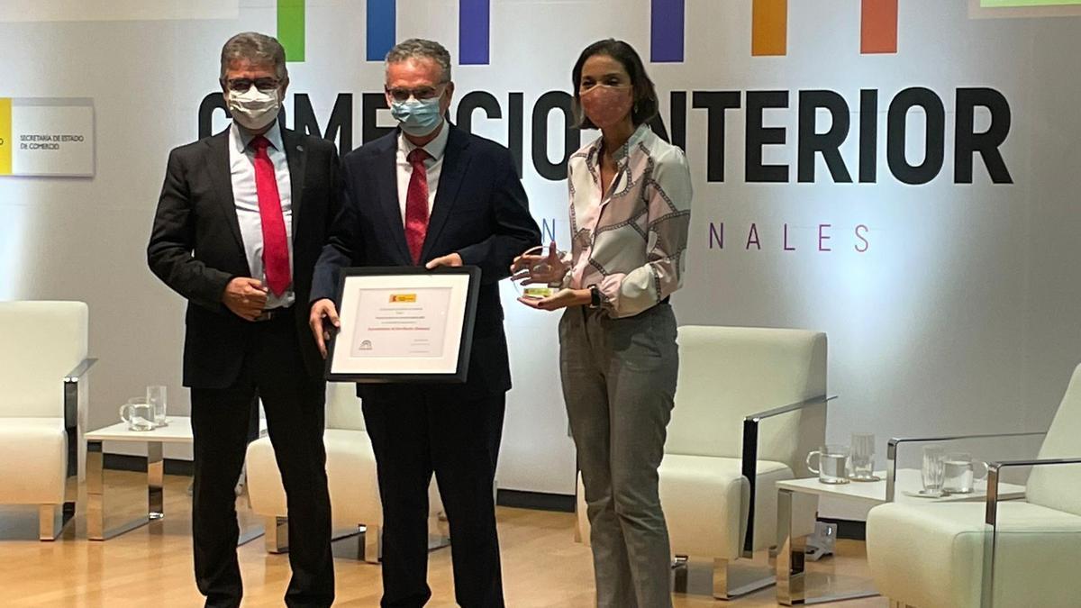 El alcalde de Don Benito ha recogido el premio de manos de la ministra de Industria, Comercio y Turismo, Reyes Maroto