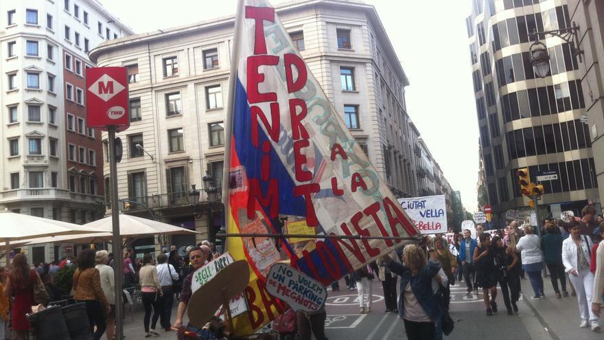 """Veïns de la Barceloneta arriben amb una """"embarcació"""" a la plaça Sant Jaume / João França"""