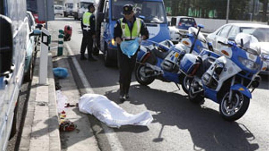 El cuerpo del ciclista yace en el suelo.