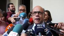 Barragán atiende a los medios en el patio del Parlamento de Canarias tras la Sesión Constitutiva de la X Legislatura