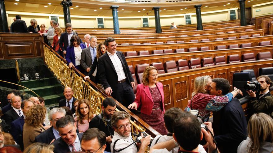 Pedro Sánchez saluda a los diputados que bajan en el hemiciclo tras ganar la moción de censura
