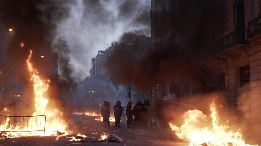 Fuego en la Via Laietana de Barcelona.