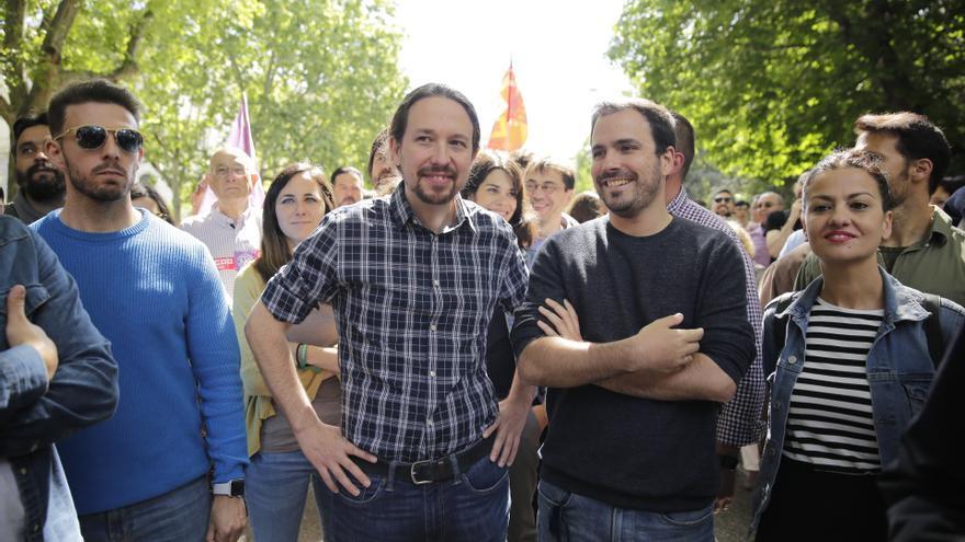 El secretario general de Podemos, Pablo Iglesias, junto al líder de Izquierda Unida, Alberto Garzón