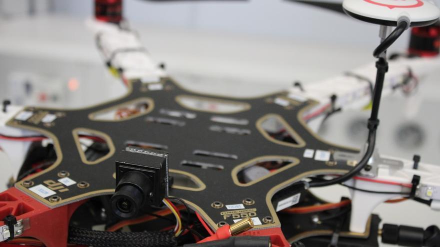Detalle de la cámara de un UAV de pequeño tamaño (Foto: Cristina Sánchez | INTA)