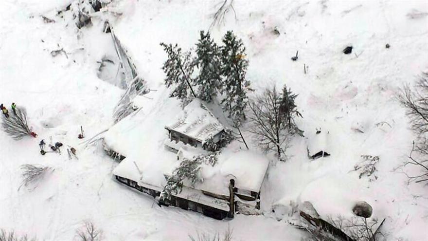 Hallan seis supervivientes en hotel italiano sepultado por alud, según medios