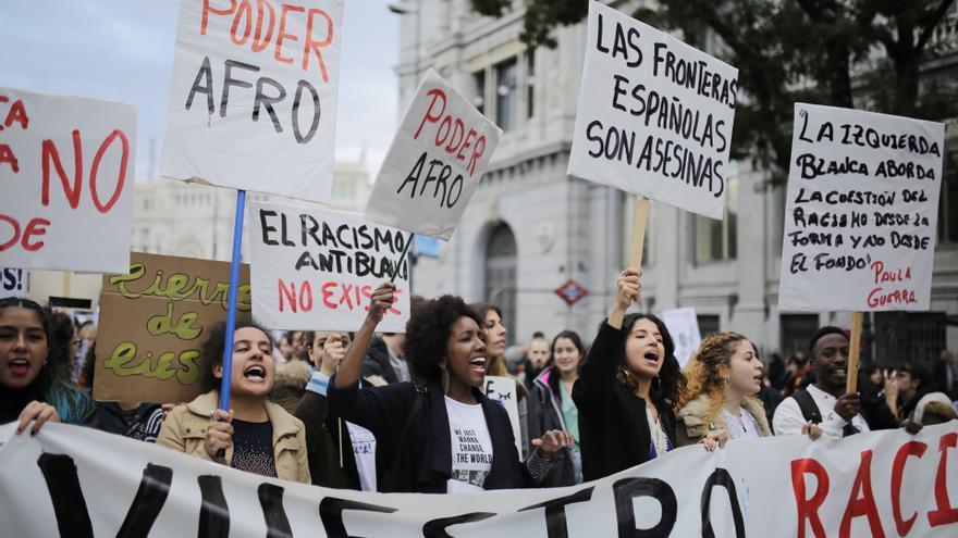 Asistentes a la marcha antirracista convocada en Madrid este domingo.