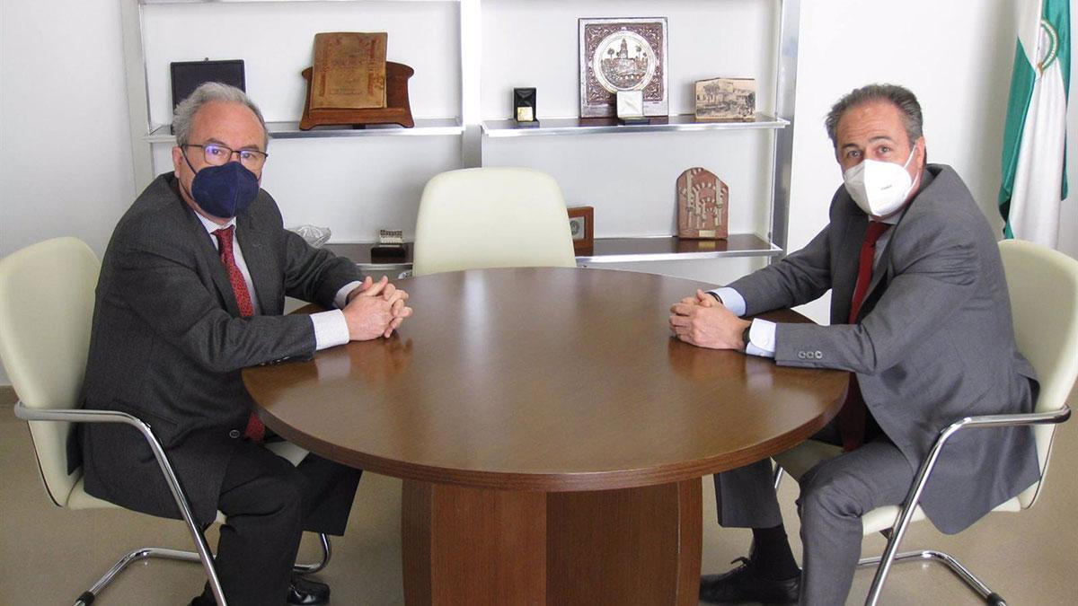 El presidente de CECO, Antonio Díaz (izda.), y el delegado territorial de Turismo de la Junta, Ángel Pimentel.