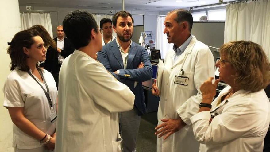 El conseller de Salud, Toni Comín, durante una visita al Hospital Sant Pau.