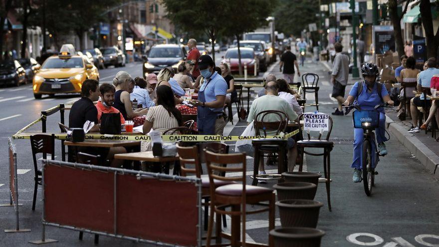 Personas cenan a las afueras de la Avenida Columbus en Nueva York (EE.UU.)