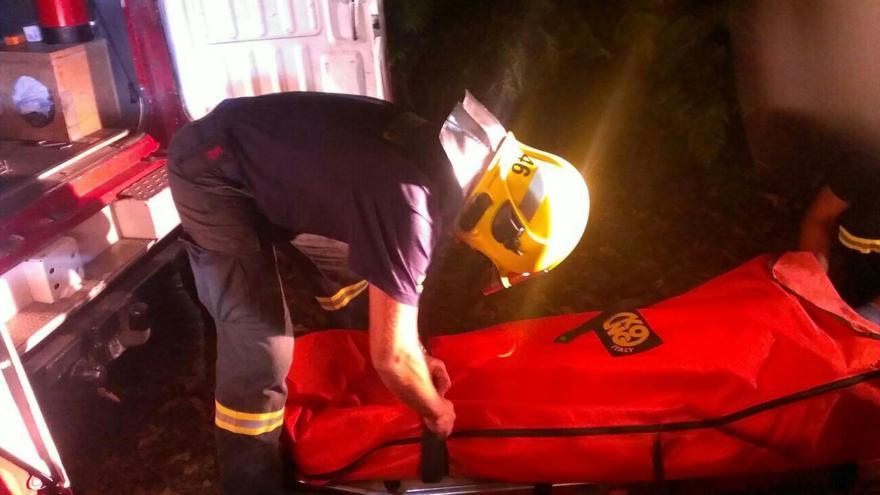 En la imagen, un bombero,  tras el traslado en camilla hasta la ambulancia de la excursionista indispuesta. Foto: BOMBEROS LA PALMA.
