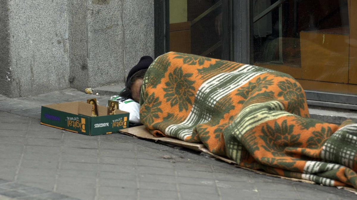 Archivo - Persona sin hogar