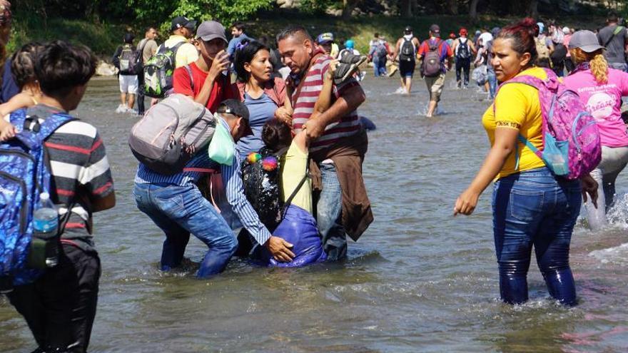Migrantes centroamericanos, en su mayoría hondureños, logran cruzar el río Suchíate que divide México y Guatemala para internarse en territorio mexicano desde la Ciudad de Hidalgo, estado de Chiapas (México).