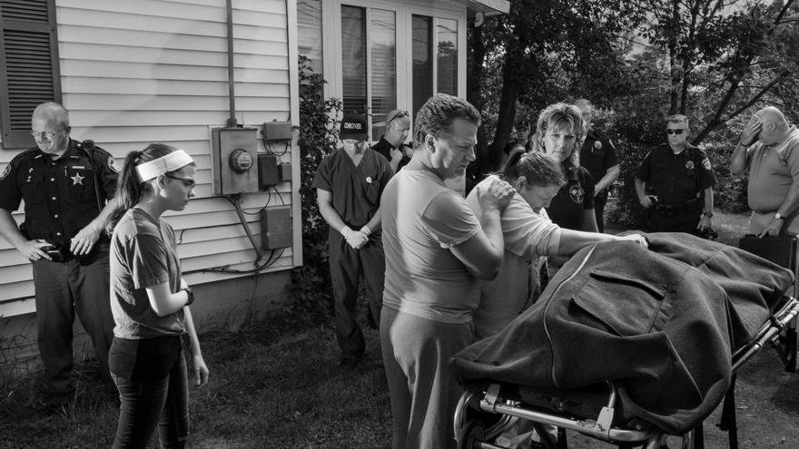 'Faces of an Epidemic', serie ganadora del tercer premio de la categoría 'Problemas contemporáneos'. El cuerpo de Brian Malmsbury es retirado después de una sobredosis de heroína en el sótano de la casa de su familia en Ohio, EEUU.