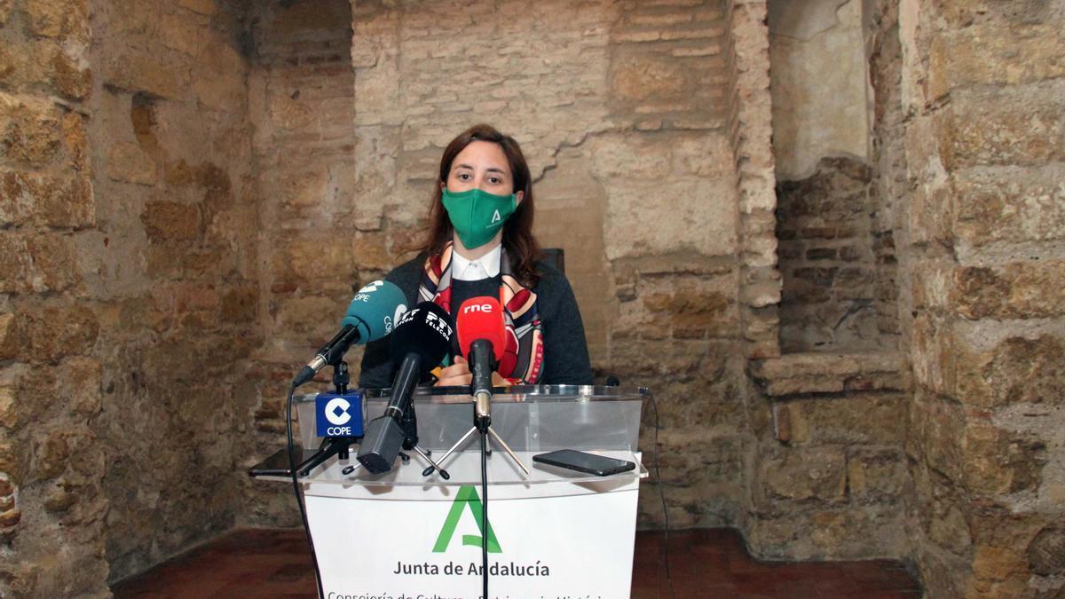 La delegada de Cultura, Cristina Casanueva, en la Sinagoga.
